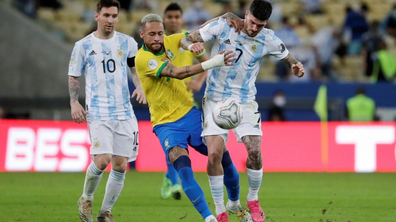 De Paul le roba una pelota a Neymar. (EFE)