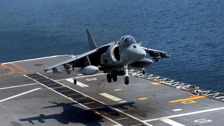 Un Harrier AV-8B de la Armada despegando. (Foto: EFE)
