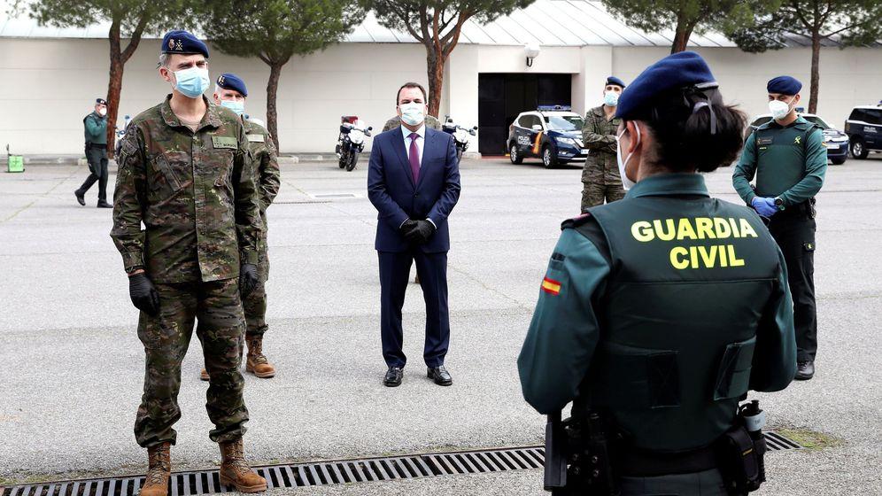 Foto: El rey Felipe VI, de militar, en una visita a un cuartel de la Guardia Civil. (EFE)