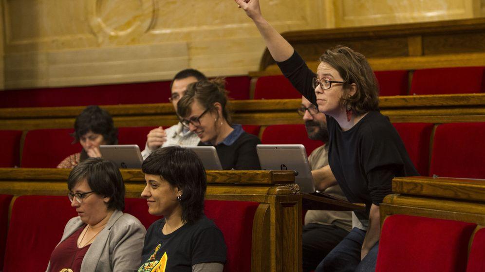 Foto: La diputada de la CUP, Eulàlia Reguant, pide la palabra en un pleno del Parlament de Cataluña. (EFE)