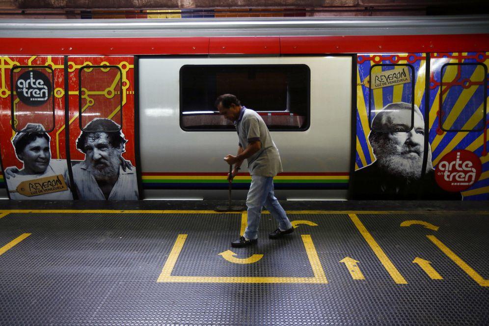 Foto: Un trabajador limpia el suelo en una estación de metro decorada con los rostros de prominentes venezolanos, en la estación ProPatria, en Caracas (Reuters).