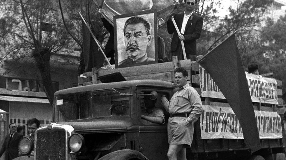 Foto: Un camión con las caras de los líderes soviéticos Lenin y Stalin en el desfile del día del trabajo celebrado en Tel Aviv el 1 de mayo de 1949