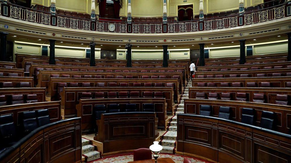 Foto: Vista del hemiciclo vacío tras la última sesión del Congreso antes de que la Diputación Permanente asuma las funciones del pleno. (EFE)