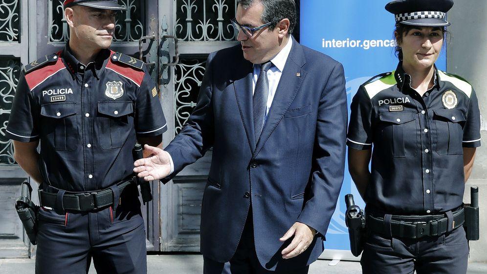 Foto: El 'conseller' de Interior de la Generalitat de Cataluña, Jordi Jané (c), junto a una agente de la Policía Local (d) y un 'mosso'. (EFE)