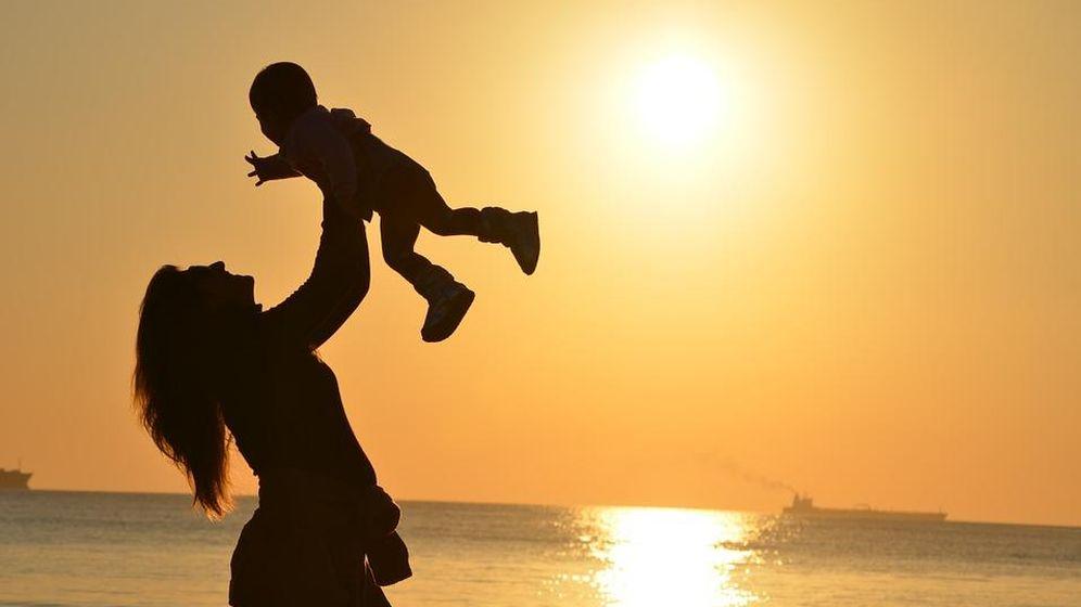Foto: Imagen de archivo de una madre con su hijo (CC)