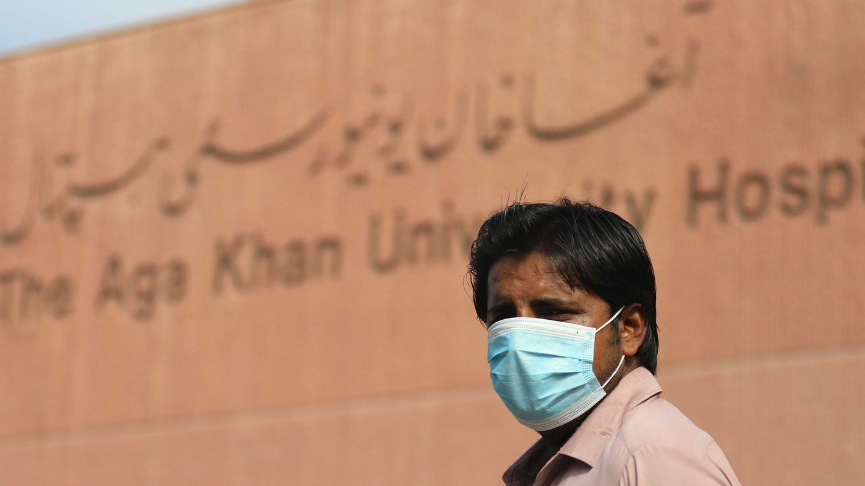 Un hombre con mascarilla en el Hospital Universitario Aga Khan en Karachi, Pakistán. (EFE)