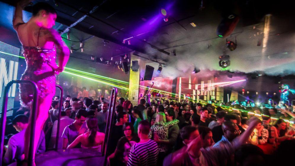 Foto: Jóvenes disfrutan de la música en una discoteca. (E.C.)