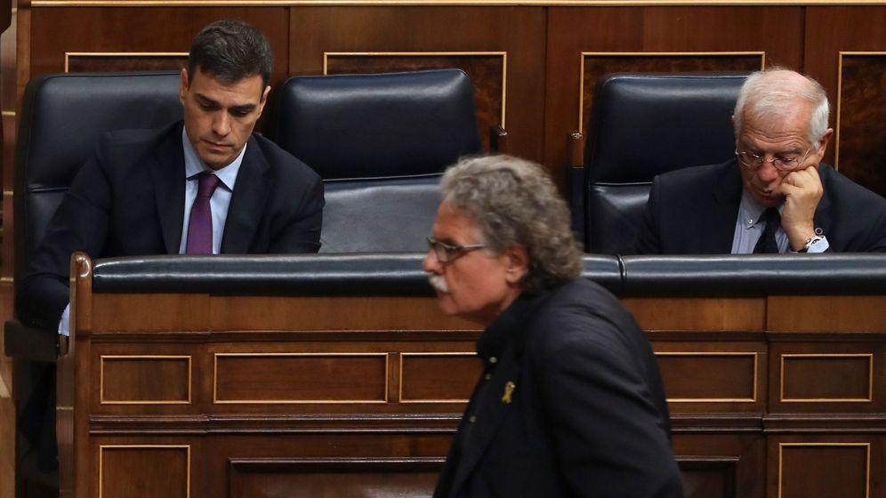 Foto: El portavoz de ERC, Joan Tardà, pasa ante el jefe del Ejecutivo, Pedro Sánchez y el ministro de Exteriores, Josep Borrell, en el pleno de este miércoles. (EFE)