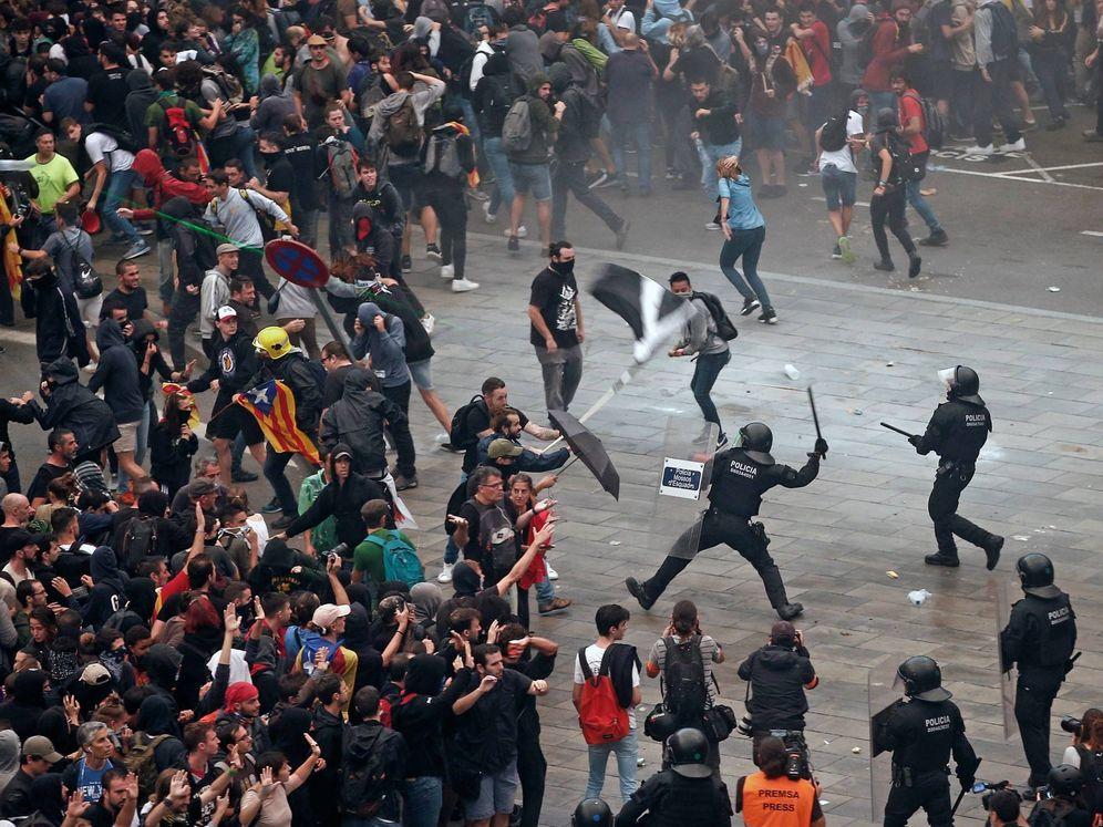 Foto: Activistas independentistas intentan paralizar el Aeropuerto de El Prat. (EFE)