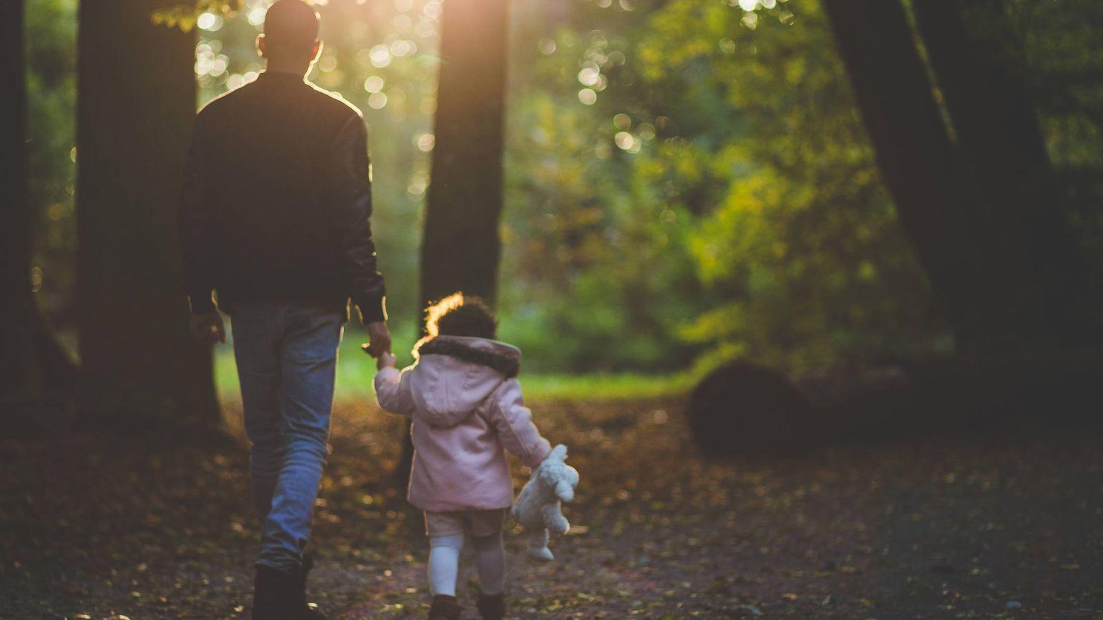 Foto: Un padre paseando con su hija