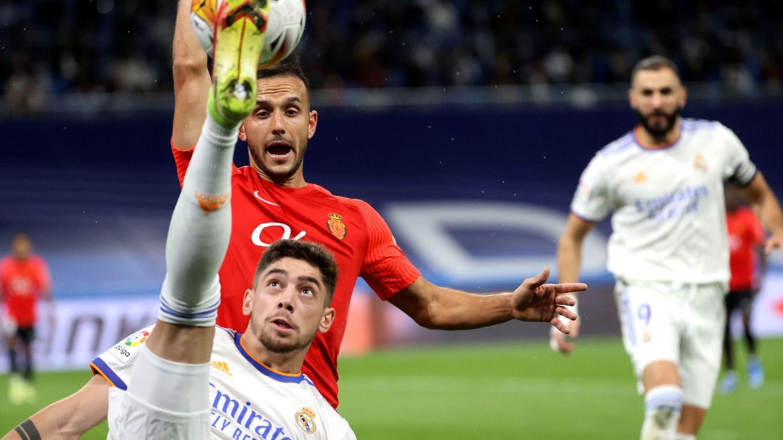 Fede Valverde despeja un balón en el partido de Liga contra el Mallorca. (Efe)