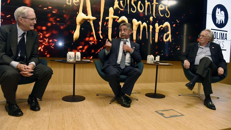 Miguel Ángel Revilla, junto a Alberto Vázquez Figueroa y Antonio Garrigues. (EFE)
