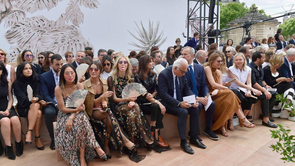 Foto: Chiara Ferragni sacando la lengua en el front row de Dior. (Getty Images)