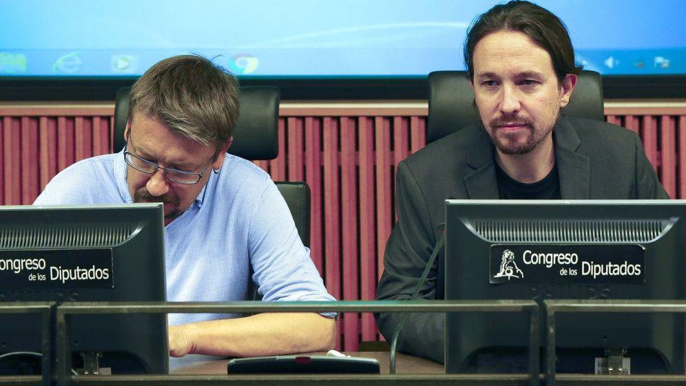 Foto: El líder de Podemos, Pablo Iglesias (d), junto al portavoz de En Común Podem, Xavier Domenech, durante la reunión que el grupo parlamentario Unidos Podemos ha mantenido esta tarde en el Congreso. (EFE)