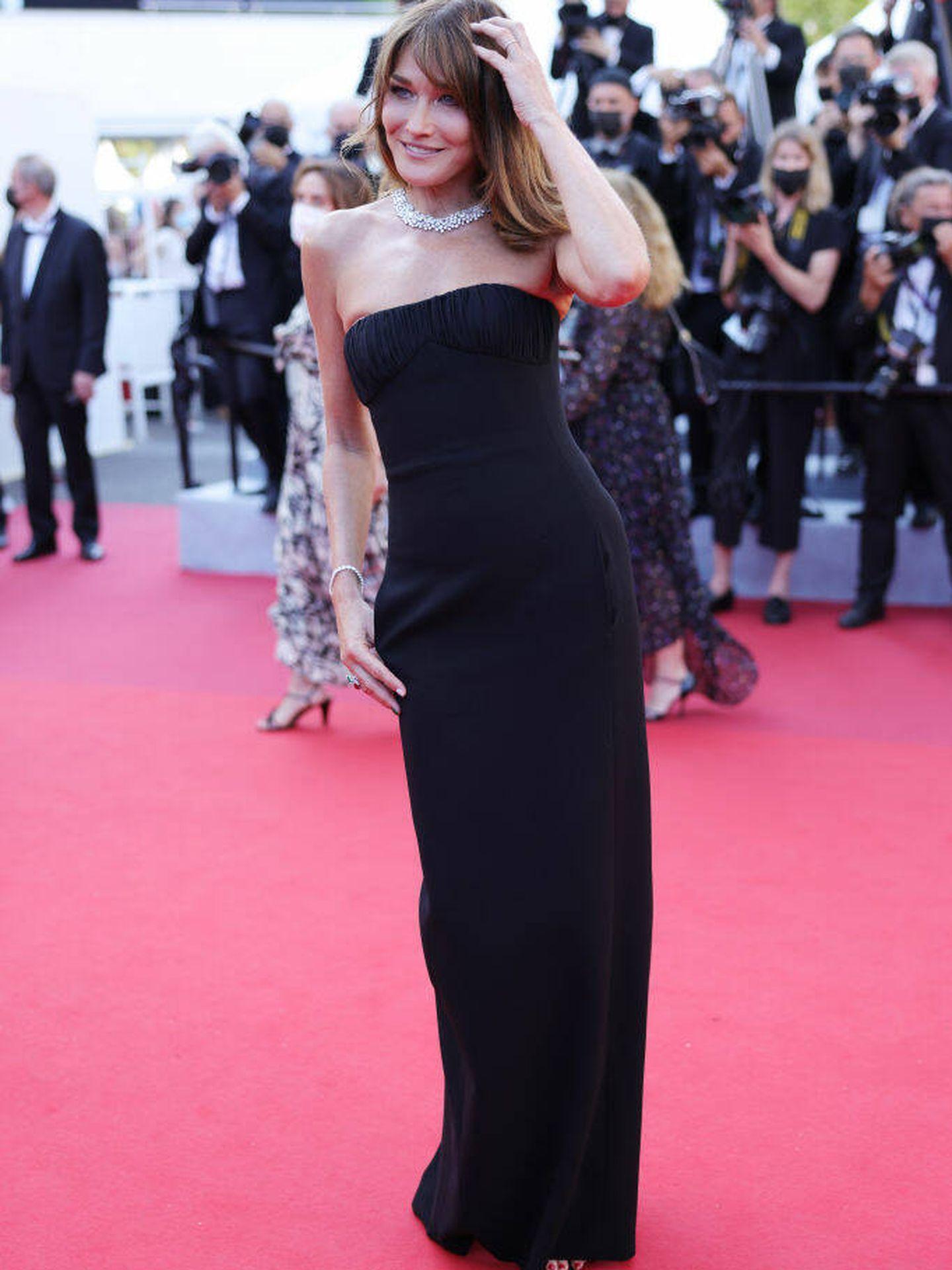 Carla Bruni con vestido de Saint Laurent en Cannes. (Getty)