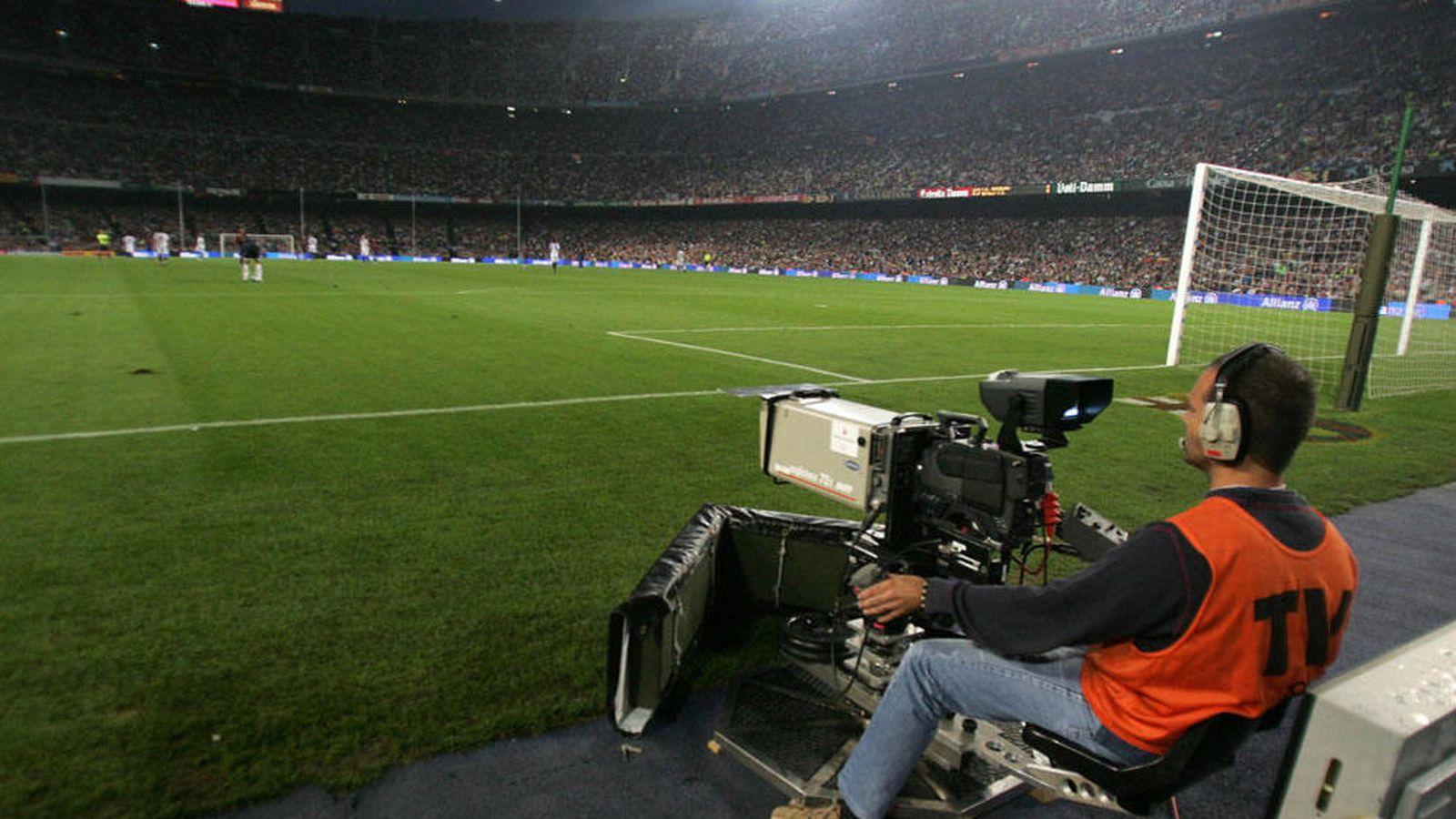 Foto: Una cámara de televisión durante la retransmisión de un partido de la LFP. (EFE)