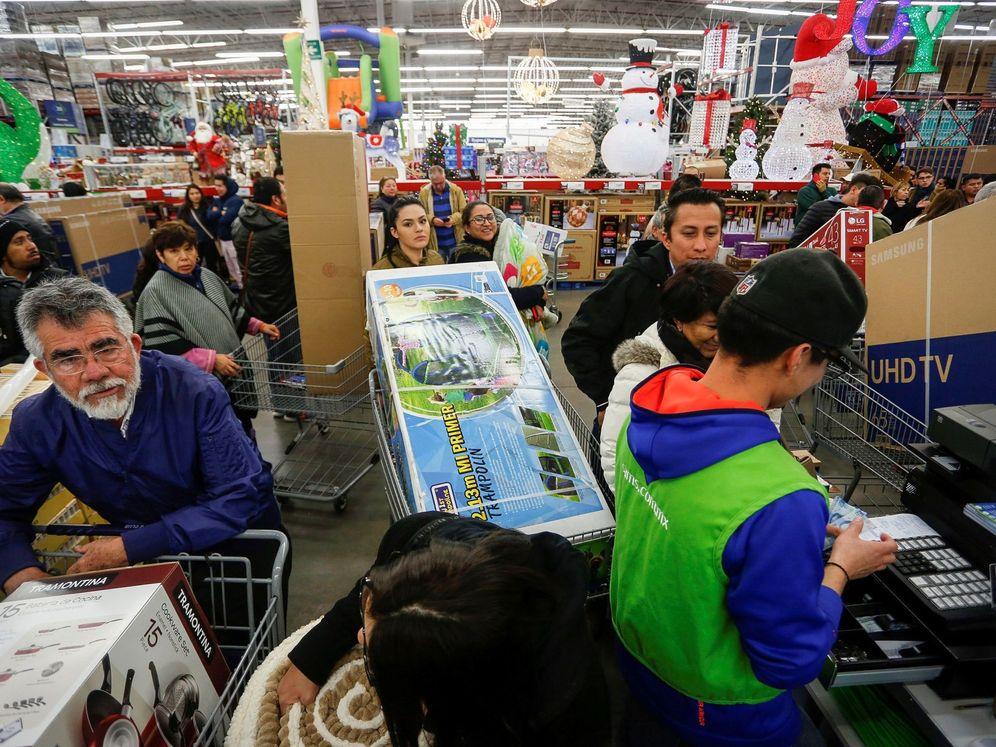 Foto: Colas de compradores en un centro comercial. (EFE)