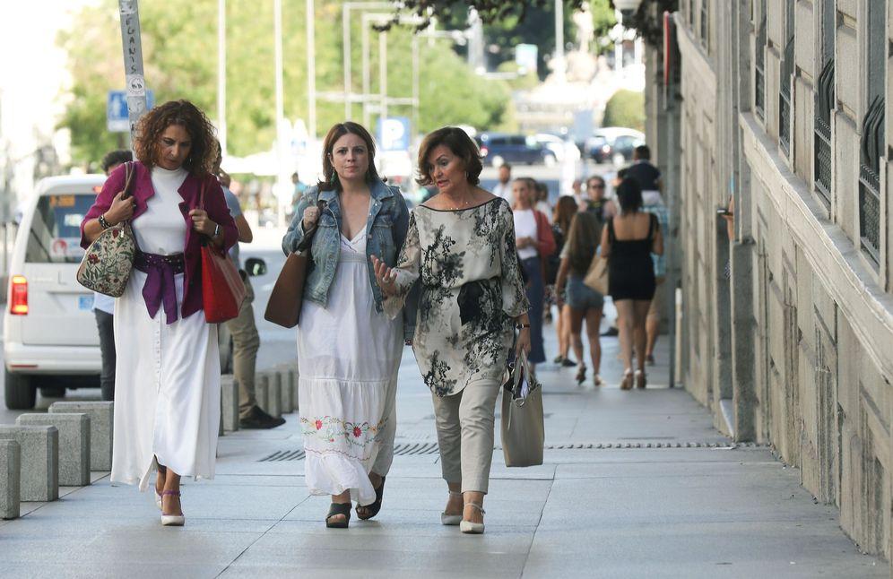 Foto: Carmen Calvo, con María Jesús Montero y Adriana Lastra, dirigiéndose a la reunión con el equipo negociador de Unidas Podemos, este 5 de septiembre en el Congreso. (EFE)