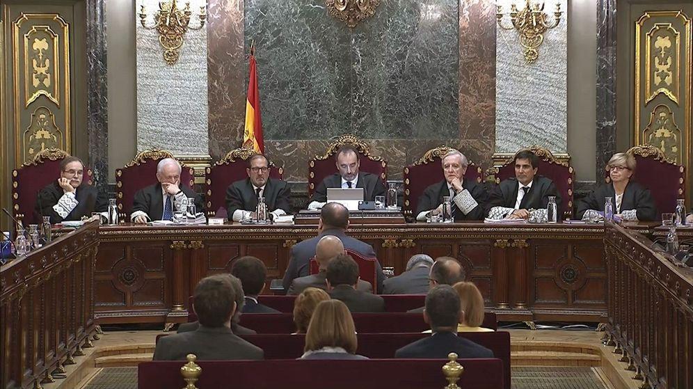Foto: Imagen tomada de la señal institucional del Tribunal Supremo, del exvicepresidente de la Generalitat Oriol Junqueras (de espaldas-c), durante su turno de última palabra. (EFE)