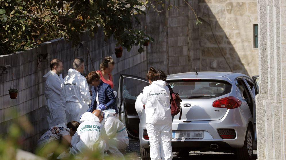 Foto: Agentes de la Policía Judicial, en la vivienda donde se cometió este lunes un triple crimen en la parroquia de Cordeiro de Valga (Pontevedra). (EFE)