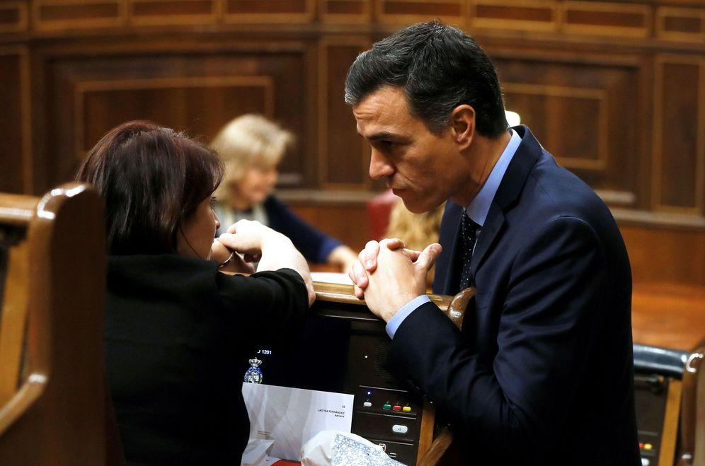 Foto: Pedro Sánchez conversa con Adriana Lastra, el pasado 3 de diciembre, en la constitución del Congreso de la XIV Legislatura. (EFE)