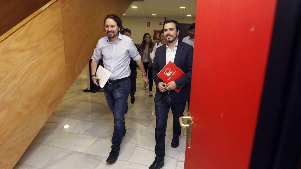 Foto: Los diputados del grupo de Unidos Podemos Pablo Iglesias (i) y Alberto Garzón. (EFE)