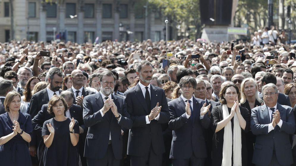 Foto: El Rey, durante el minuto de silencio en Barcelona, acompañado por Mariano Rajoy y Carles Puigdemont. (EFE)