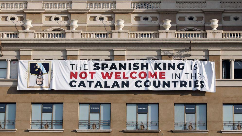 Foto: Un grupo de independentistas ha colgado de madrugada una pancarta en contra del Rey en la fachada de un edificio de la plaza de Cataluña de Barcelona. (EFE)