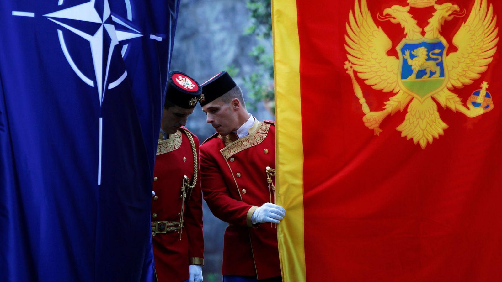 Foto: La guardia de honor montenegrina inspecciona las banderas del país y de la OTAN antes de una ceremonia en Podgorica, el 7 de junio de 2017. (Reuters)