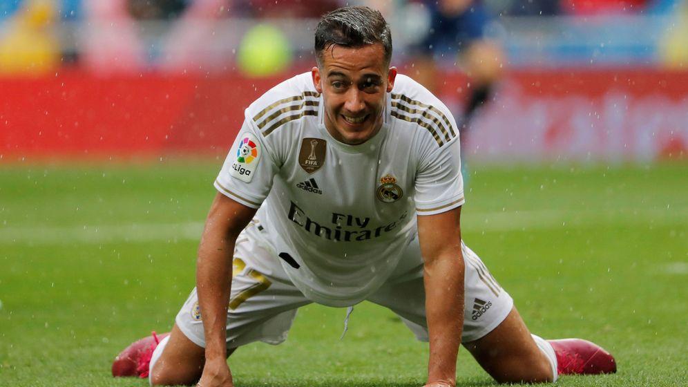 Foto: Lucas Vázquez, de rodillas en el césped, durante el partido contra el Levante. (EFE)