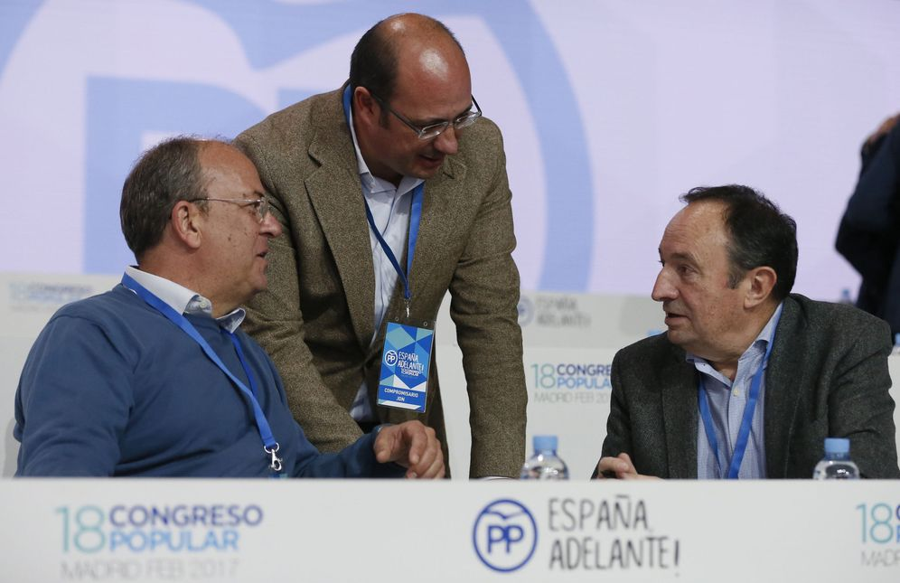 Foto: El líder del PP extremeño, José Antonio Monago, conversa con el presidente murciano, Pedro Antonio Sánchez, y el expresidente de La Rioja Pedro Sanz, este 10 de febrero. (EFE)