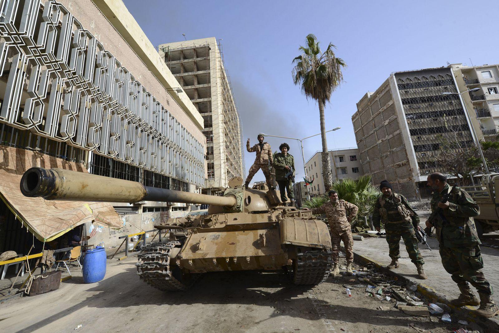 Foto: Miembros de las milicias del Gobierno de Tobruk sobre un tanque en la puerta del Banco Central de Bengasi , el pasado 21 de enero (Reuters).