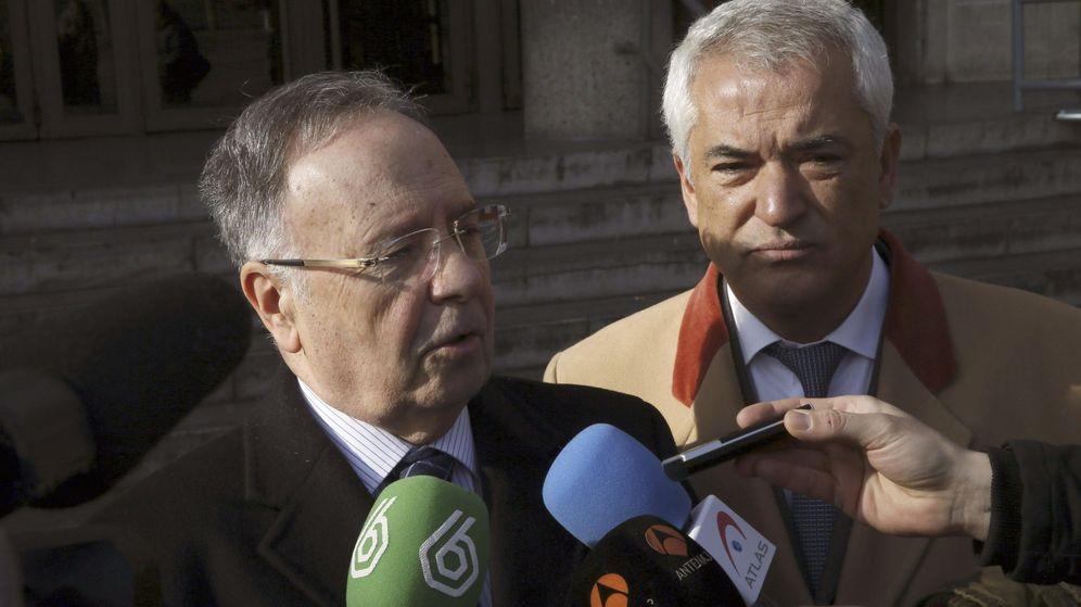 Foto: El secretario general de la organización Manos Limpias, Miguel Bernad (i), y el abogado Luis Pineda. (EFE)