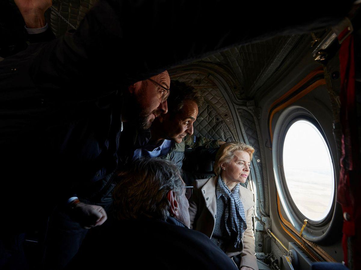 Foto: El primer ministro griego y los presidentes de la Comisión, Parlamento y Consejo Europeo visitan en helicóptero la frontera griega. (Reuters)