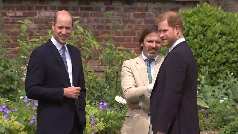 Guillermo y Harry, antes de descubrir la estatua de Diana. (EFE TV)