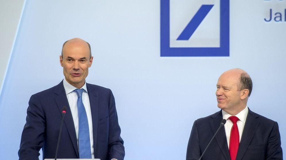 Foto: El presidente de la junta directiva de Deutsche Bank, John Cryan (dcha), y el director financiero de la entidad, Marcus Schenck. (EFE)