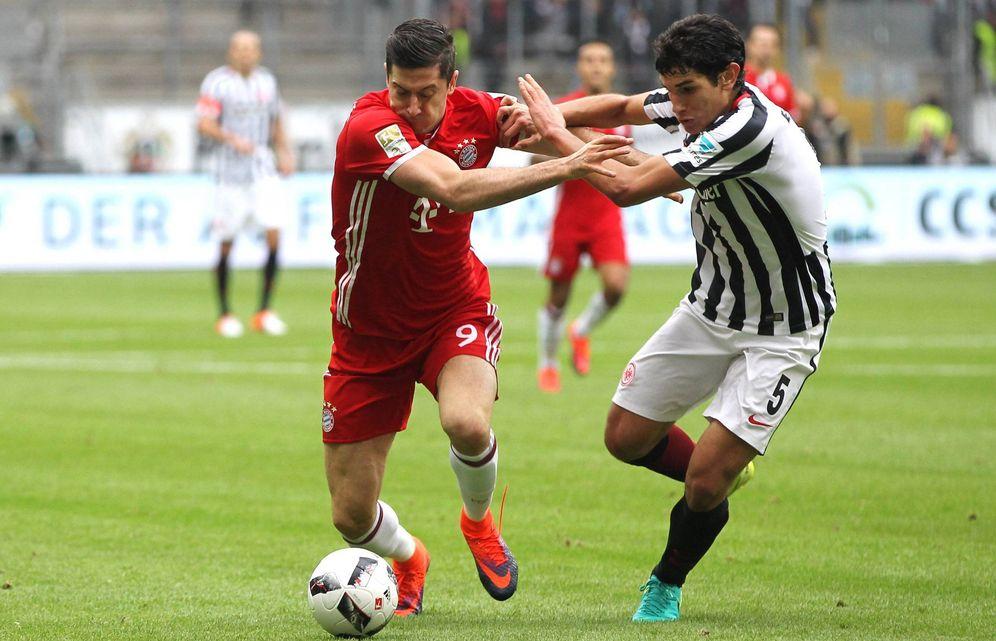 Foto: Vallejo lucha por un balón con Lewandowski en el Eintracht-Bayern jugado el 15 de octubre (Imago)