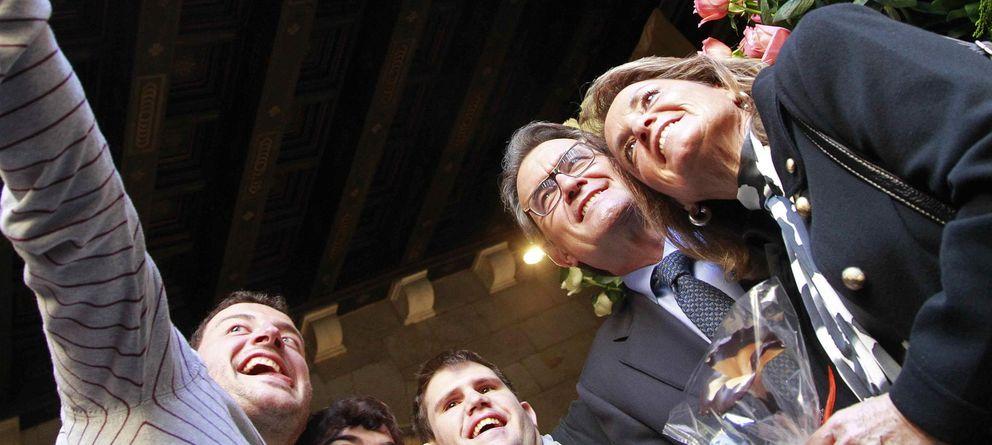 Foto: Un joven se hace una foto con el presidente de la Generalitat, Artur Mas, y su mujer Helena Rakosnik. (EFE)