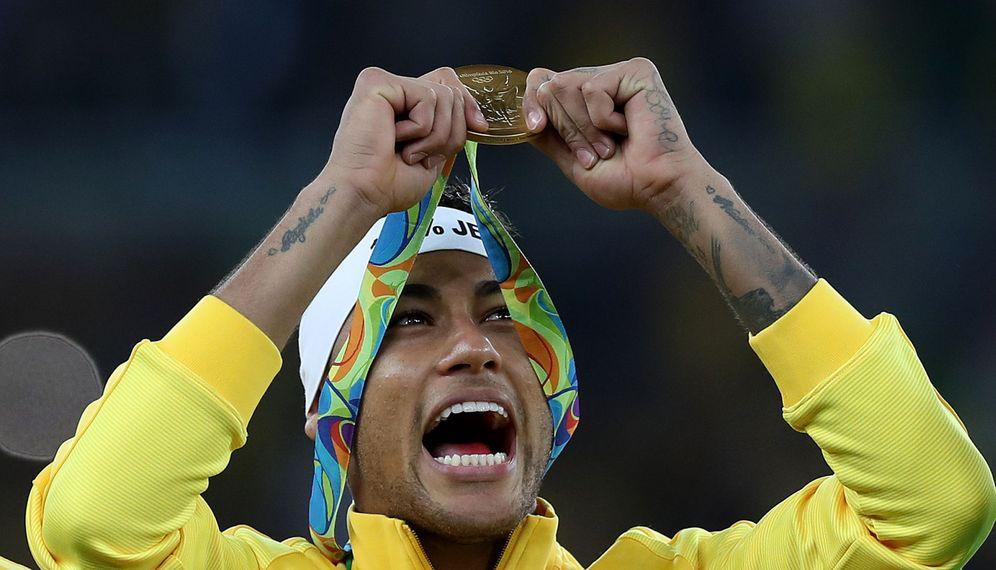 Foto: Neymar con la medalla de oro ganada tras imponerse Brasil a Alemania en la final de fútbol (EFE)