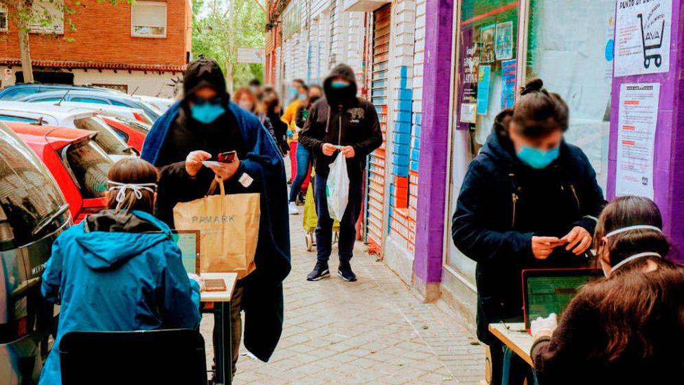 Foto: Vecinos hacen cola en Aluche para recibir bolsas de comida. (AV Aluche)