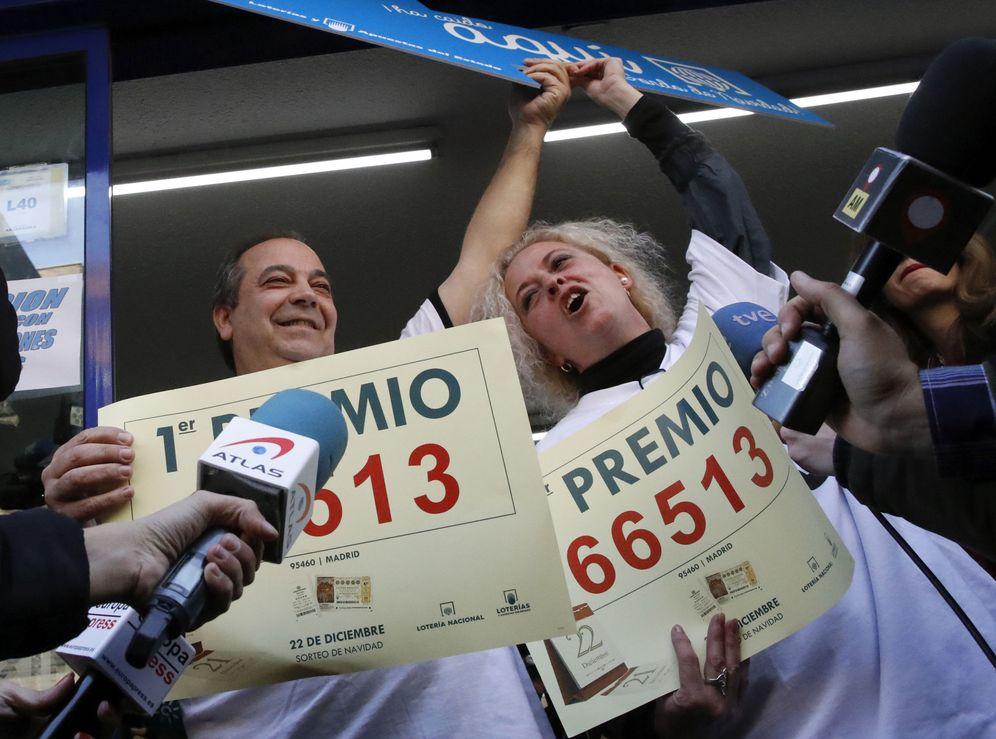 Foto: Los propietarios de la administración del paseo de la Esperanza 4, de Madrid, Agustín y María José, este 22 de diciembre, celebrando la venta del 66.513. (EFE)