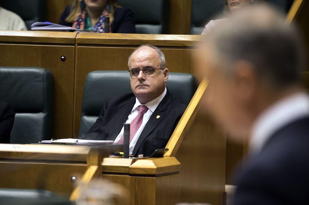 Foto: Egibar escucha al lendakari desde su escaño durante un pleno en el Parlamento vasco. (EFE)