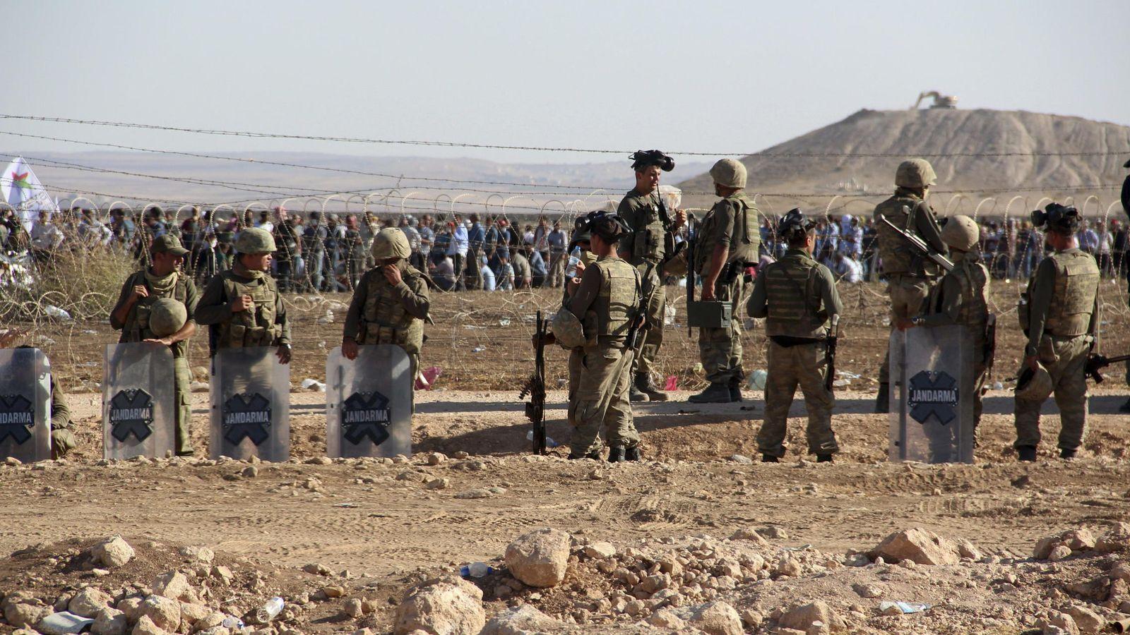 Foto: Gendarmes turcos vigilan vigilan ante el retorno de militantes del ISIS desde Siria. (EFE)