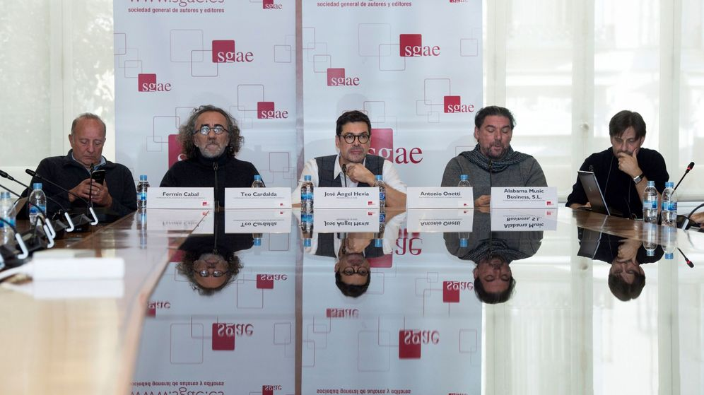 Foto: La junta directiva de la Sgae con José Ángel Hevia (c), junto a Fermín Cabal (i) Antonio Onetti (2d), Fermín Cabal (2i), Clifton William (d) y Teo Cardala (2d) (EFE)