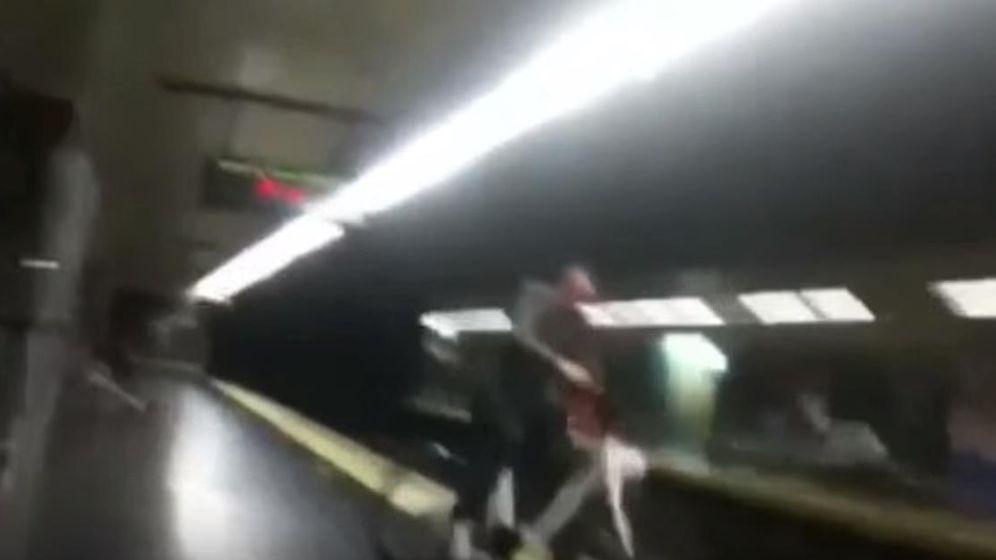 Foto: Momento en que el hombre cae a las vías (captura de YouTube)