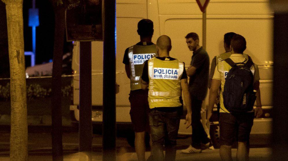 Foto: Varios agentes, cerca del lugar donde fueron abatidos los terroristas. (Reuters)