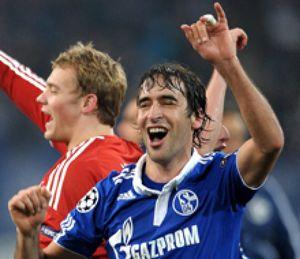 Triste porque perdió el Valencia, que no pudo con el corazón del Schalke de Raúl