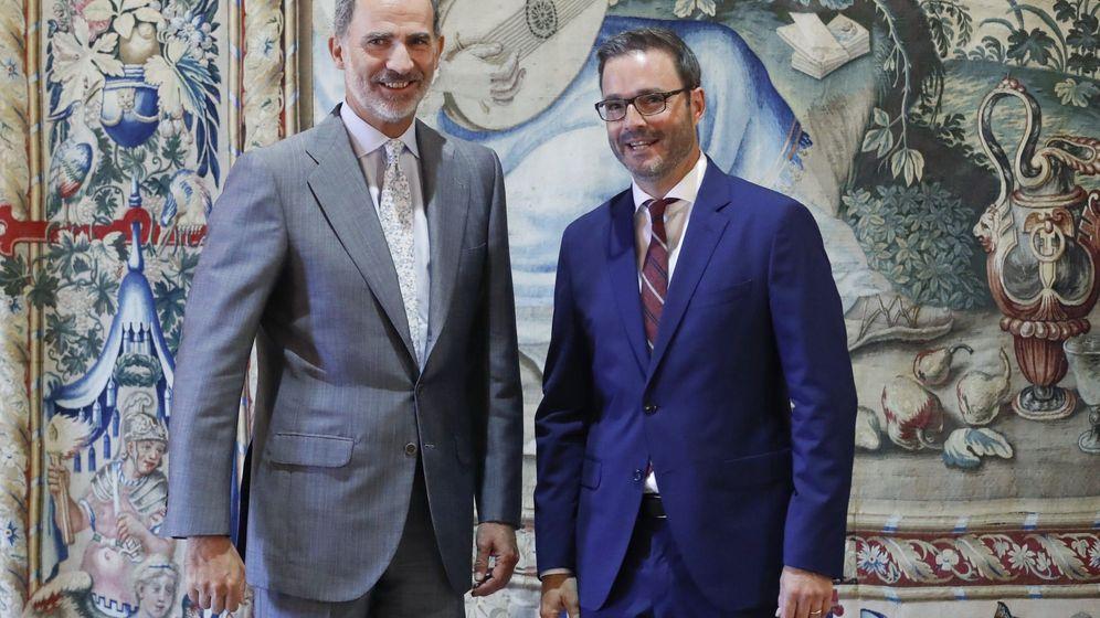 Foto:  El rey Felipe VI, recibe al alcalde de Palma, José Francisco Hila Vargas (d) en 2019 (EFE)