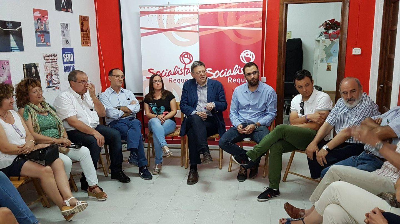 Ximo Puig, este domingo, con militantes en Requena (Valencia).