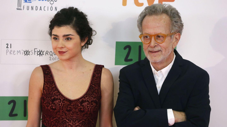 Fernando Colomo junto a Olivia Delcán en los Premios Forqué